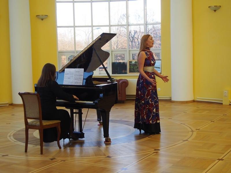 В ротонде звучала классическая музыка в исполнении студентов консерватории Ларисы Малютиной и Марты Широковой