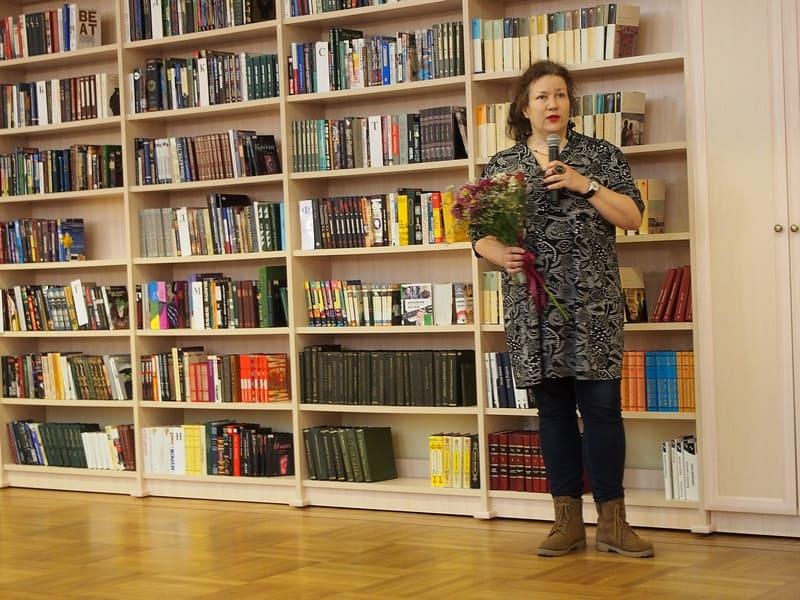 """""""По страницам книг нашего детства"""". В большом читальном зале открылась выставка карельского художника Нелли Григорьевой. А после открытия некоторые учились рисовать под ее руководством"""