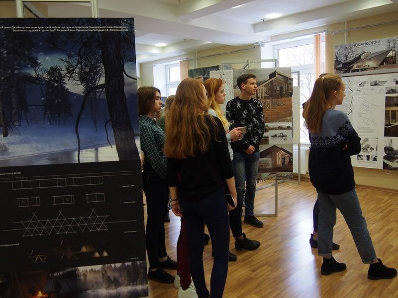 Студенты автотранспортного техникума на выставке. Фото Ирины Ларионовой