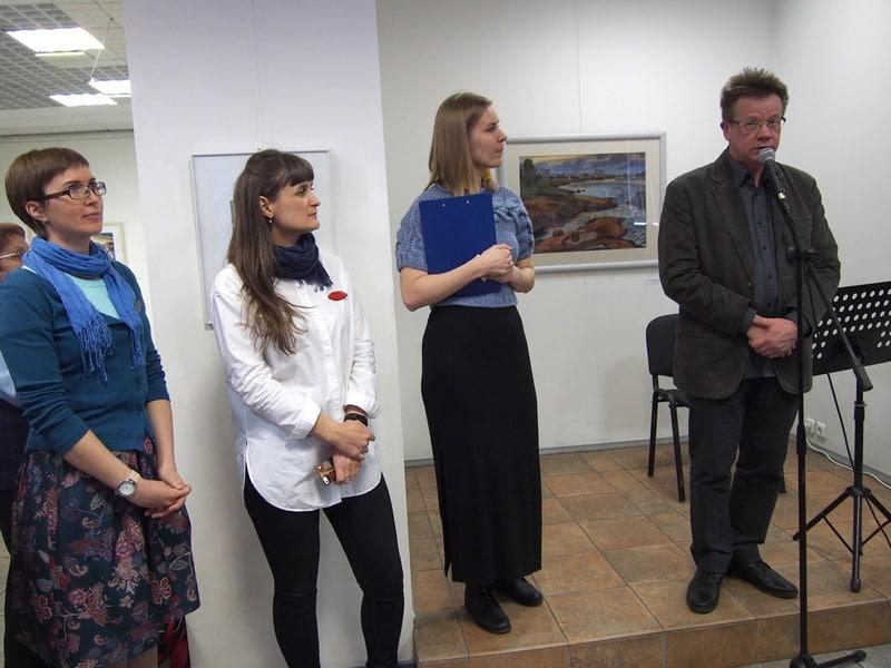 Авторов выставки приветствует председатель Союза художников Карелии Владимир Зорин