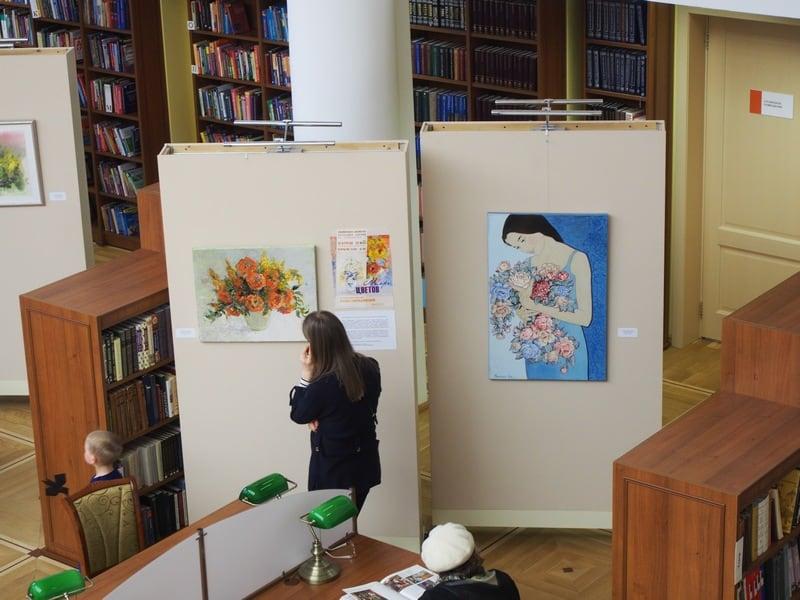 """Работало несколько выставок. Среди них - выставка живописи """"Море цветов"""" Жанны Свиридниковой"""