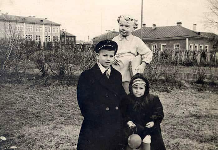 С сестрой Наташей у бывшего краеведческого музея, ныне Собор Александра Невского. 1955 год