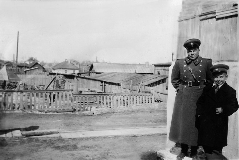 С отцом Петром Андреевичем, лейтенантом, интендантом МВД, возле дома на Машезерской. 1 мая 1955 года