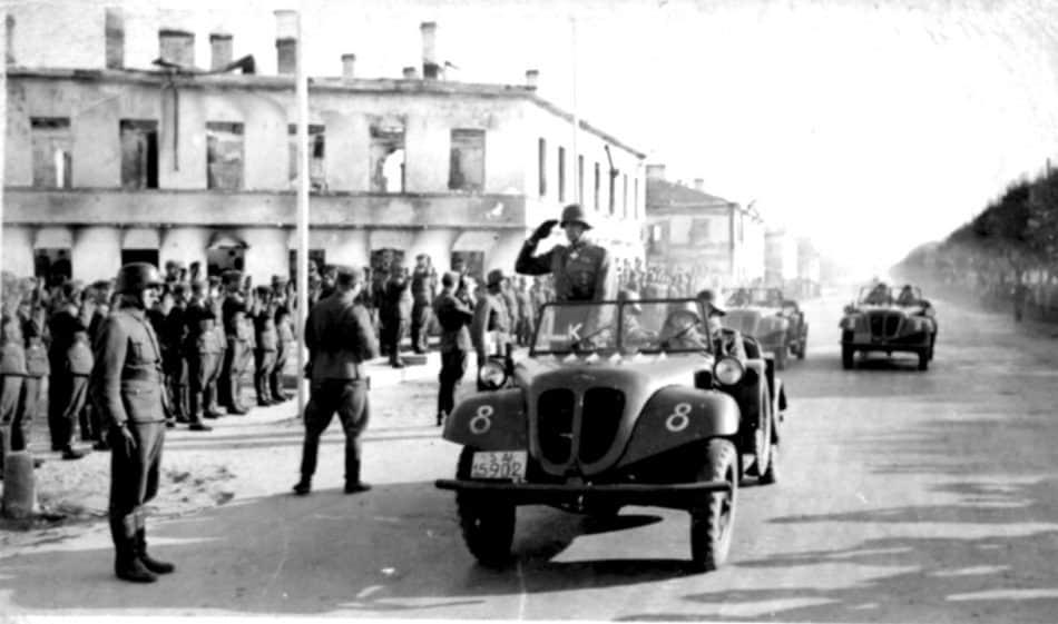 Самая известная фотография из коллекции Николая Кутькова. Финны на пр. К. Маркса - парад по случаю годовщины взятия Петрозаводска. Октябрь 1942 года
