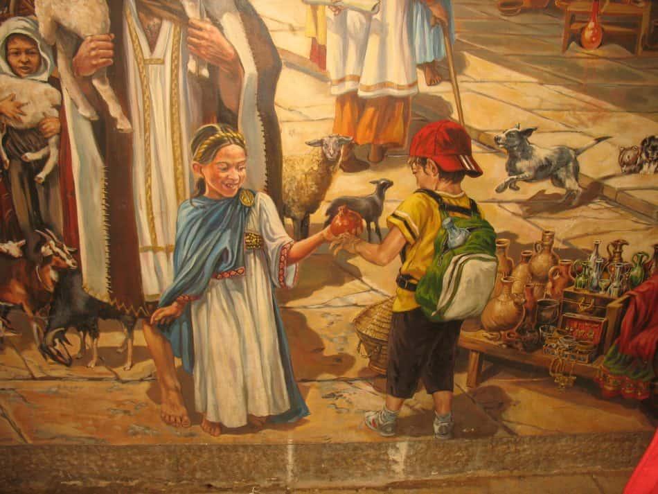 Фрагмент фрески на стене (улица Кардо), демонстрирующей, каким оживленным был этот квартал Старого города две тысячи лет назад. Фрагмент символичен: девочка из Иерусалима двухтысячелетней давности (период Римского владычества) передает мальчику, нашему современнику, гранат - символ вечной жизни и изобилия