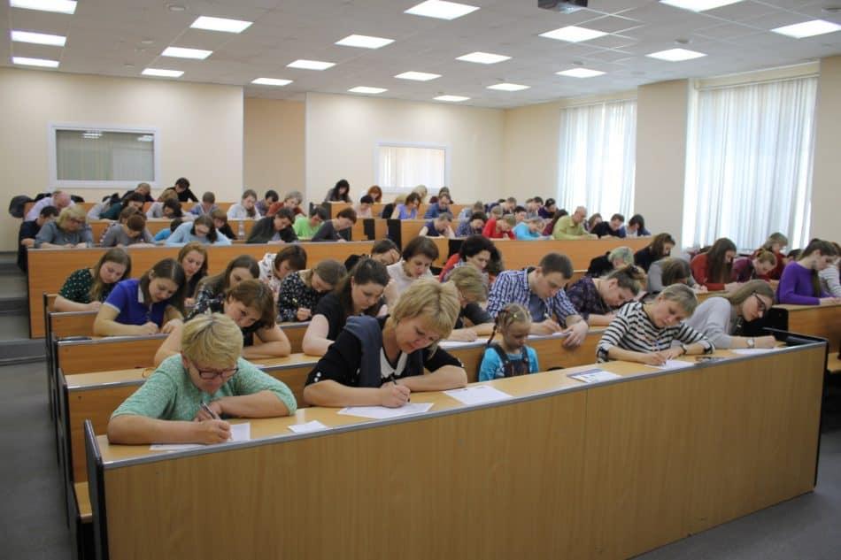 Тотальный диктант-2018 в ПетрГУ - одной из его традиционных площадок. Фото: https://vk.com/totaldikt_ptz