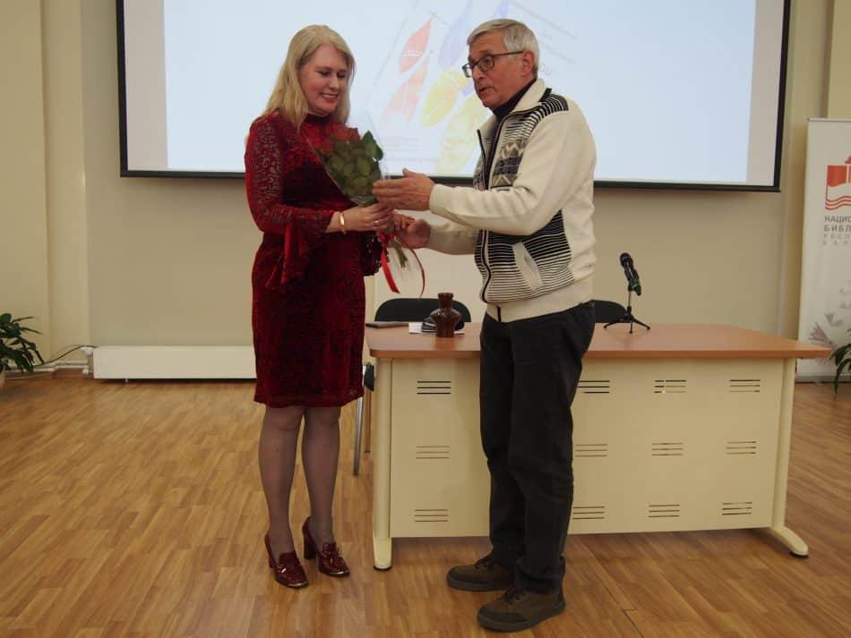 Издатель Юрий Шлейкин поздравляет Яну Жемойтелите. Фото Марии Голубевой