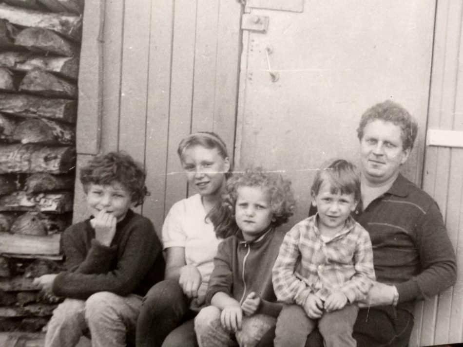 Анна, ее отец, сестра и двоюродные братья и сестры в Пудоже. Фото из семейного альбома