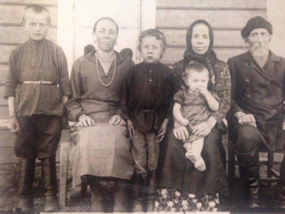 Семья Спящих из деревни Харлово Медвежьегорского района. 1933 год