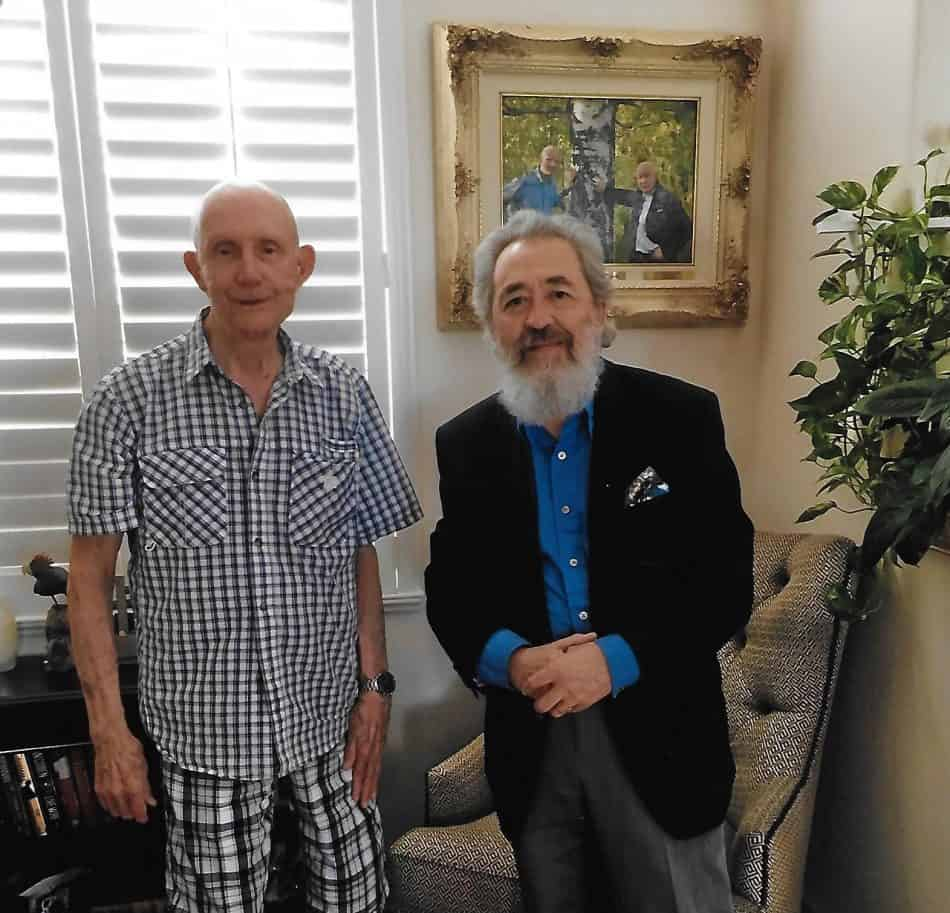 Томас Стаффорд и Эдуард Варламов на фоне снимка, гдеон вместе с Алексеем Леоновым около большой березы, которую они посадили в 1975 году перед полётом