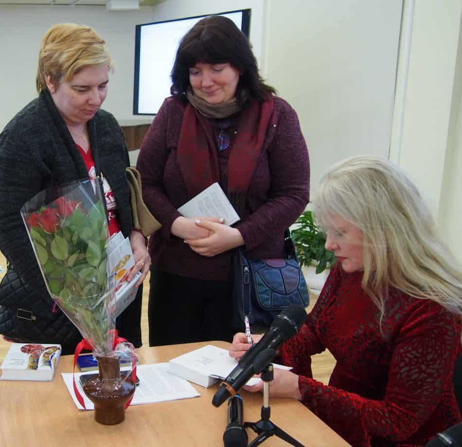 Автограф у автора. Фото Марии Голубевой