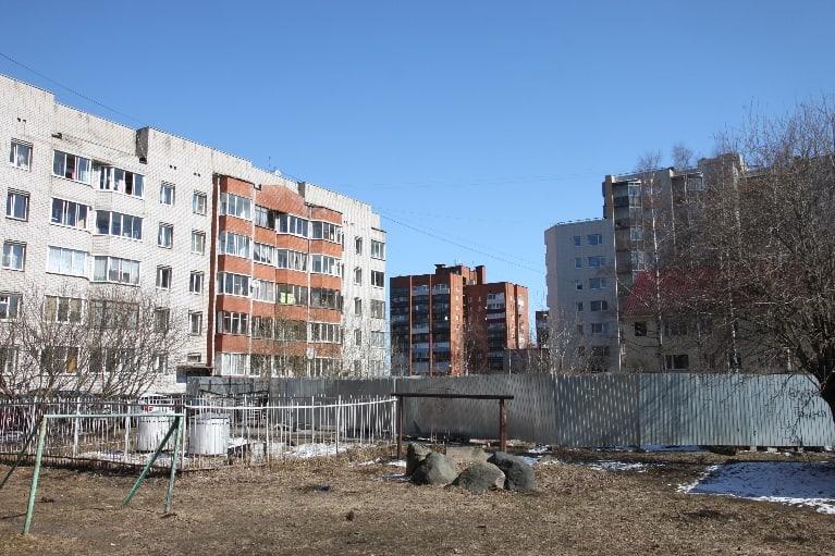 Многолетний забор во дворе Калинина 25, правда, стальной и не так бросается в глаза, как деревянный