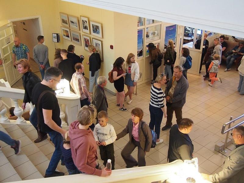 Фойе Музея изобразительных искусств стремительно заполнялось людьми. Сотрудники быстро направляли гостей по залам. Фото Ирины Ларионовой