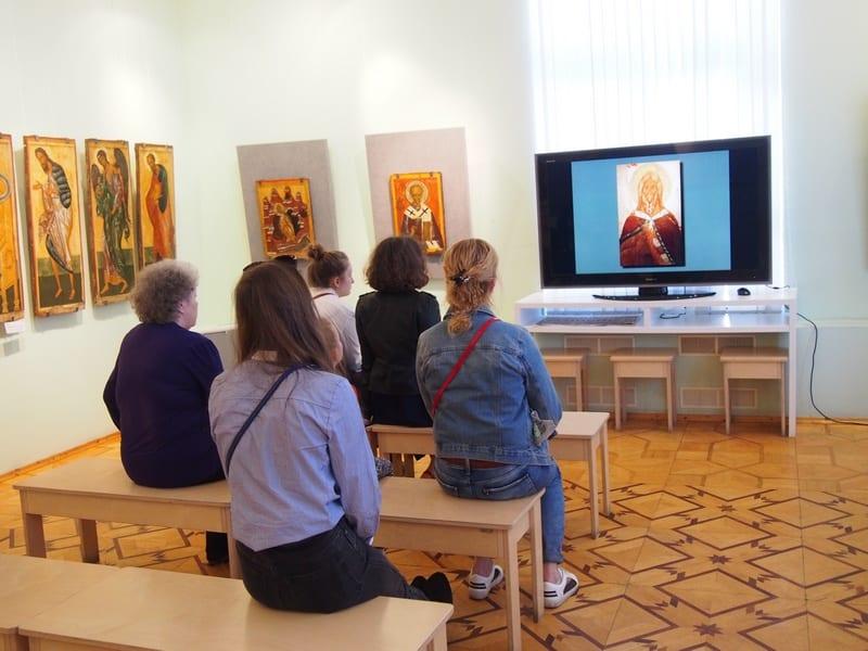 В зал иконописи всегда есть зрители. Фото Ирины Ларионовой