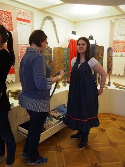 В отделе декоративно-прикладного творчества были желающие примерить старинный сарафан. Фото Ирины Ларионовой