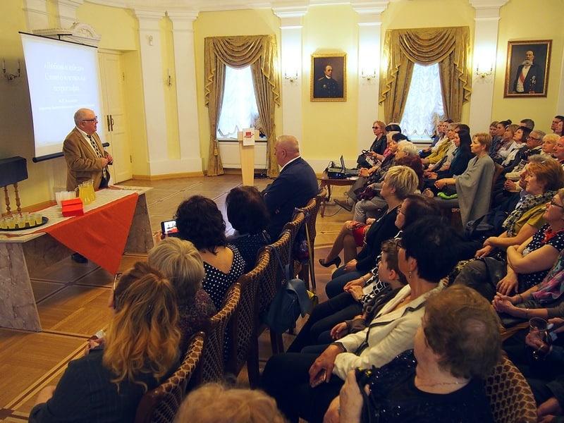 """Настоящий ажиотаж вызвала лекция Михаила Гольденберга """"Любовь и лебеди. Слово о чувствах на петроглифах"""" с возрастным цензом 16+. Фото Ирины Ларионовой"""