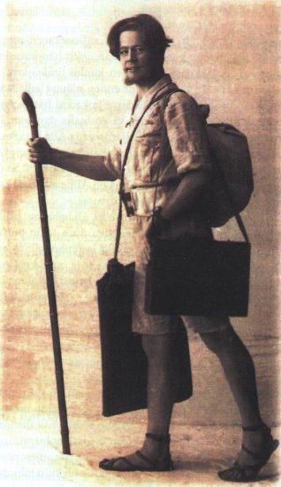 А. Ахола в 1922 году в костюме и сандалиях собственного дизайна