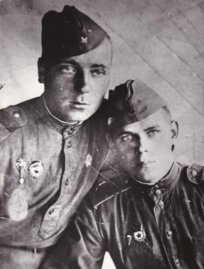 Иван Тишинин (справа) с боевым товарищем