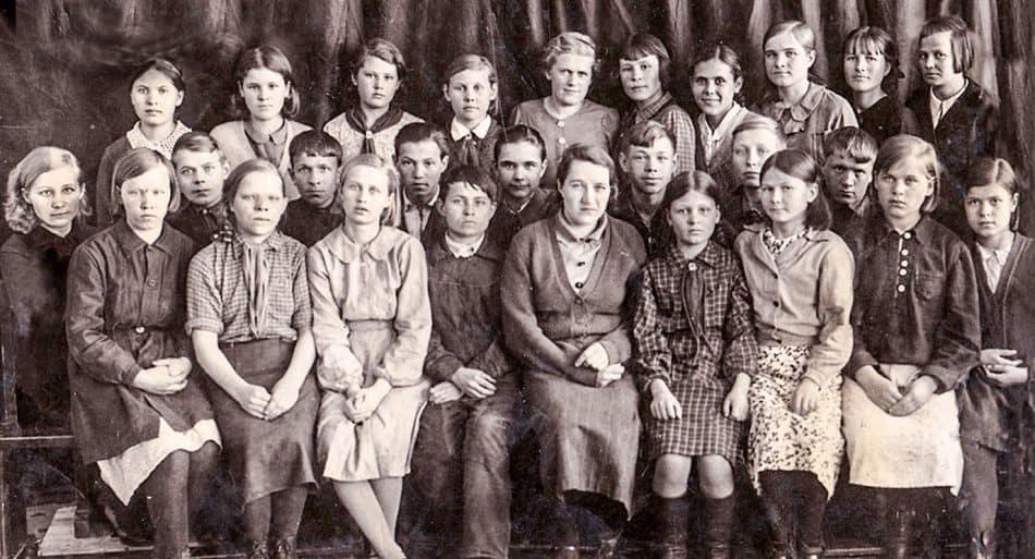Класс Ивана Тишинина-младшего (Иван второй слева во втором ряду). Сегежская школа №1,1940 год