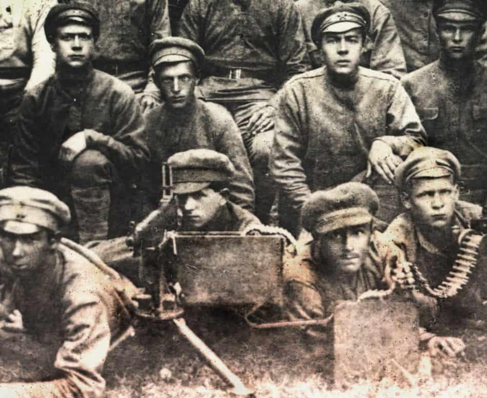 """Комсомольцы-ЧОНовцы в 1919 году. В центре за пулеметом """"кольт"""" Павел Галдобин. Вытегра. Фото НАРК"""