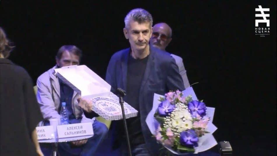 Андрей Рубанов получает награду. Фото: spbdnevnik.ru