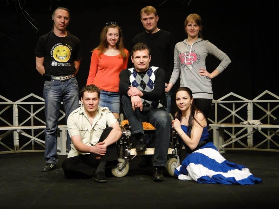 Артур Ладысев с участниками спектакля «Девушка и Кентавр». Фото театра-студии «Дети понедельника»