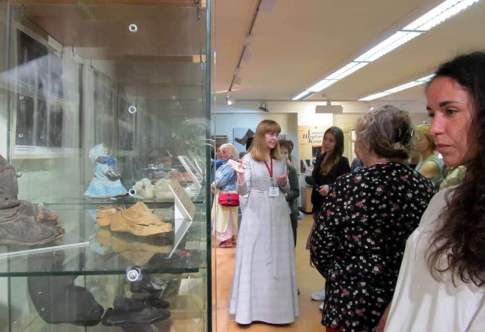 Первую экскурсию проводит куратор выставки Екатерина Логвиненко