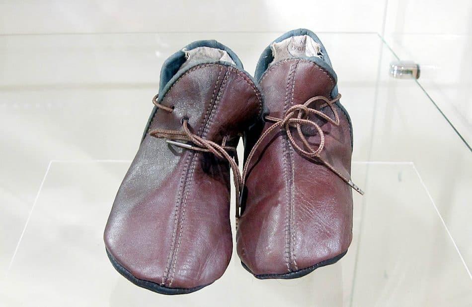 Первая обувь малышей - пинетки. Они поступили в музей в 1954 году прямо от производителя - артели «Кустпромкож», которая была открыта в Петрозаводске в 1934 году