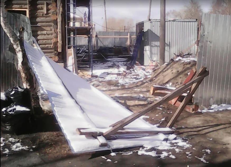 4 мая 2019 года, в очередной раз упавшие ворота на участке Дома Богданова. фото Ю. Свинцовой