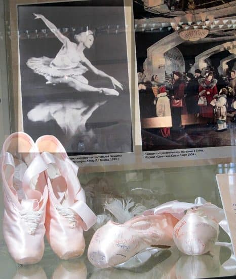 Пуанты известной в Карелии балерины Натальи Гальциной, ведущей балерины нашего театра в 1966 – 1994 годах. Они были изготовлены в мастерской Большого театра. Пуанты с автографами артистов театра принадлежали актрисе Нине Полагаевой, которая служила в Музыкальном театре с момента его открытия