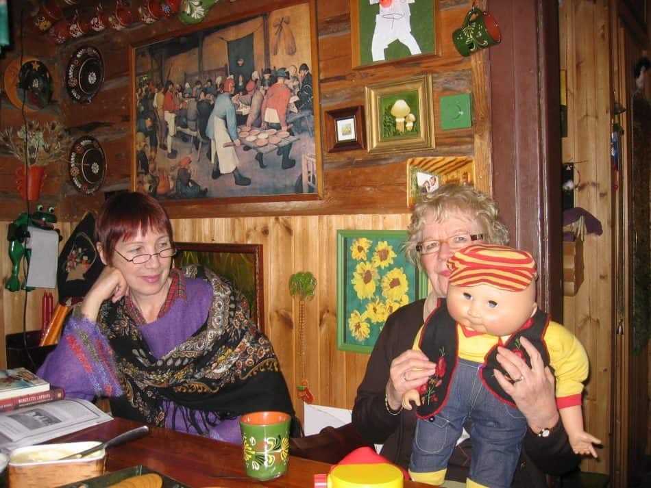 Галина Акбулатова (слева) и Марья-Леена Миккола у друзей в Хельсинки в начале 2000-х