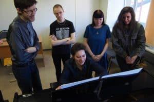 Полина Крышень и ее студенты. Фото Марии Голубевой