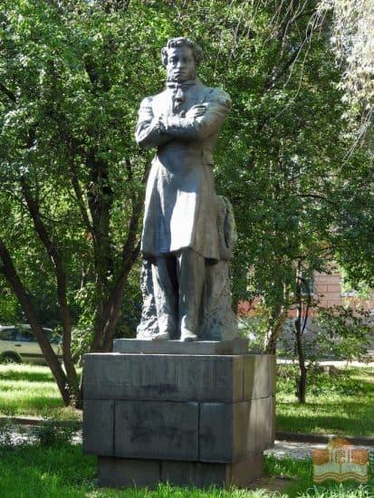 Памятник Пушкину у Национальной библиотеки Карелии