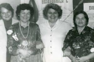 Валентина Ивановна Послова (вторая справа) с коллегами