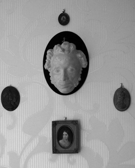 Посмертная маска Пушкина и портрет Натальи Николаевны. Фото Ирины Ларионовой