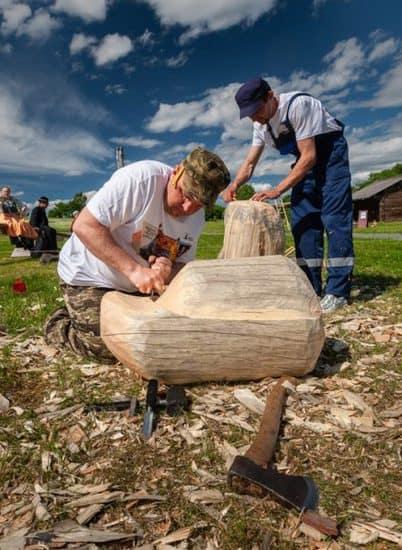 Приезжаающие на остров Кижи туристы-мужчины с огромным удовольствием и азартом пробуют себя в плотницком деле