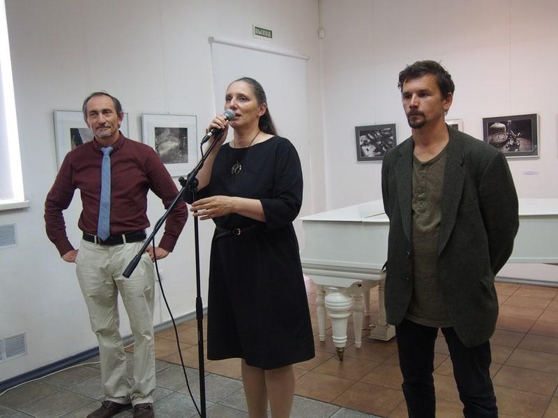 На вернисаже слева направо: Шамиль Хайров, искусствовед Мария Юфа, Алексей Савкин
