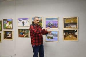 Юрий Рыбкин на вернисаже рассказывает о своих картинах