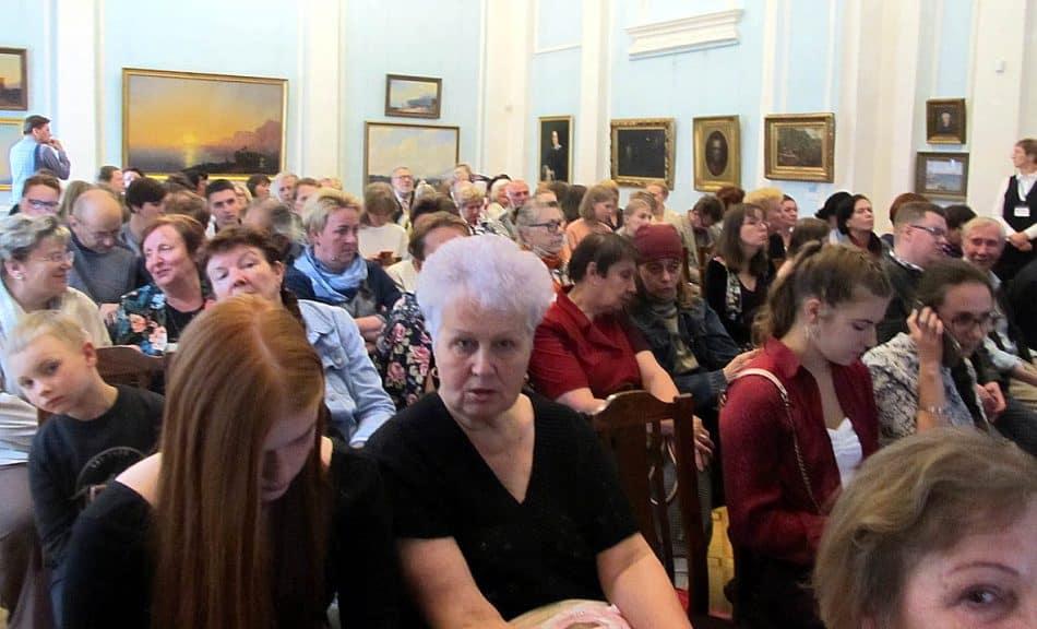 Зал Русского искусства, где проходило открытие выставки, был переполнен