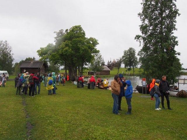 С утра, несмотря на холод и дождь, шла активная подготовка к гонкам. В основной гонке участвовали 25 команд