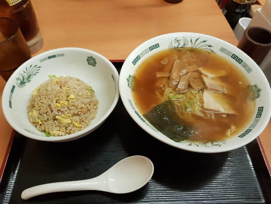 Японская еда - рамэн и плошка риса