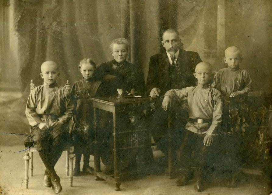 1910 год Антон, Елизавета, Ольга Николаевна, Оскар Карлович, Александр, Евгений Майеры