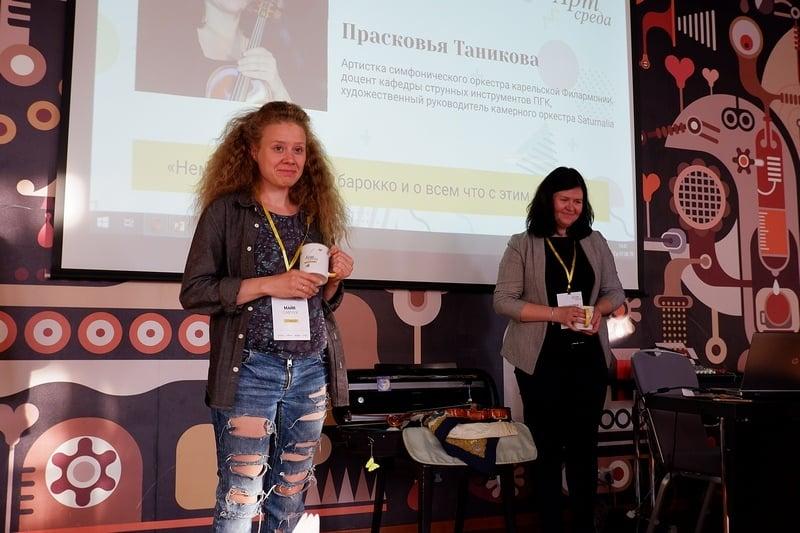 Майя Савчук и Прасковья Таникова с фирменными кружками арт-среды