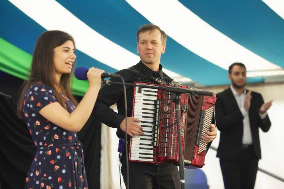 Выступают Фатима Богданова, ученица специальной (коррекционной) школы-интерната № 23 Петрозаводска, и Денис Городничин