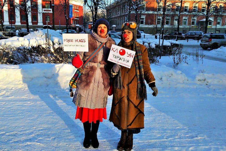 """Ирину и Анну можно встретить и на улице. Одна женщина после обнимашек сказала: """"Спасибо вам! Мне так было необходимо именно сегодня, чтобы меня кто-нибудь обнял!"""""""