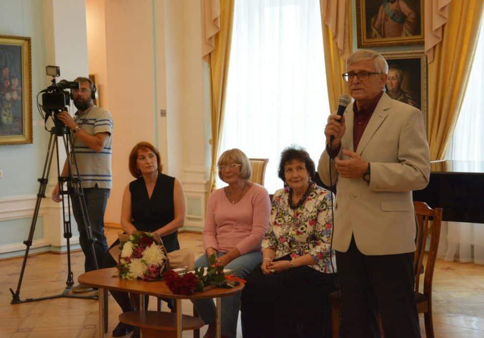 Ольга Хлопина на вернисаже (третья справа). Фото Музея изобразительных искусств РК