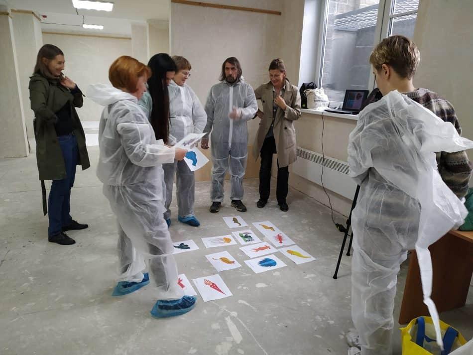 Всё начиналось в помещении, предоставленном ЖК «Александровский» на улице Казарменной. Участники выбирают эскизы будущих полотен