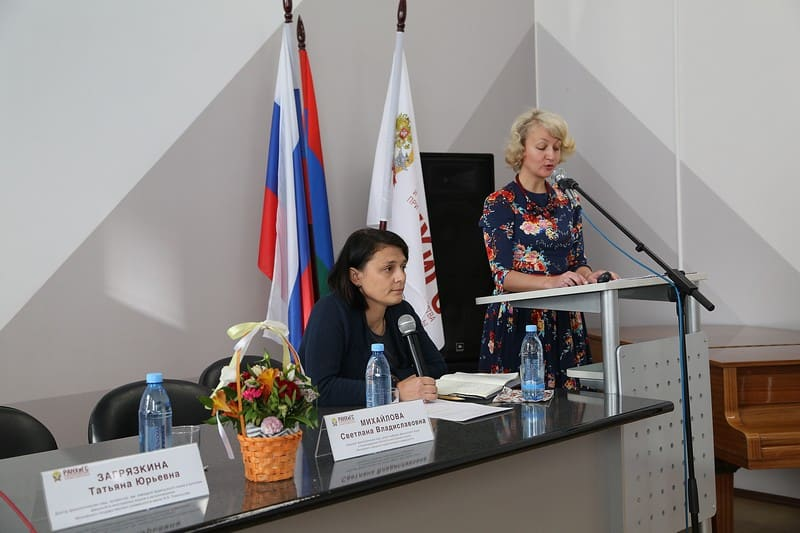 Открывает конференцию - Екатерина Васильева, заведующая кафедрой иностранных языков ПетрГУ