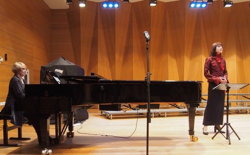 Поет Альбина Хузина. Аккомпанирует концертмейстер хора, коллега по хору и работе в колледже Наталья Баронова