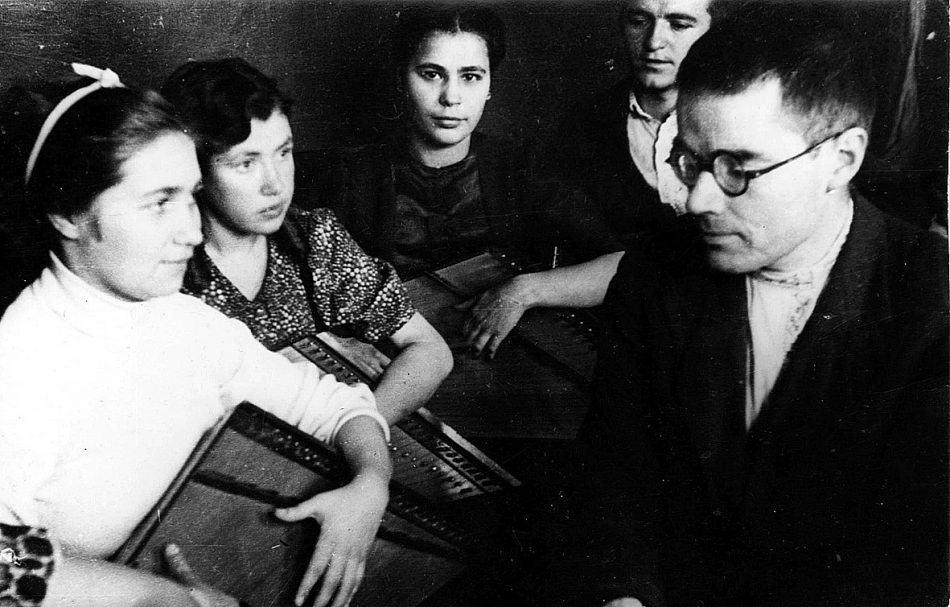 Виктор Гудков на репетиции с кантелистами.